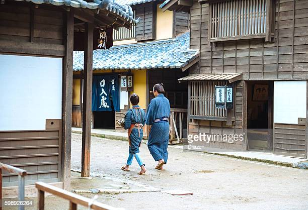 歴史的な村、日本の父親、息子の小包の集合