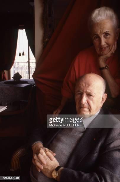 L'historien et académicien André Chamson chez lui avec sa femme en février 1980 à Paris France