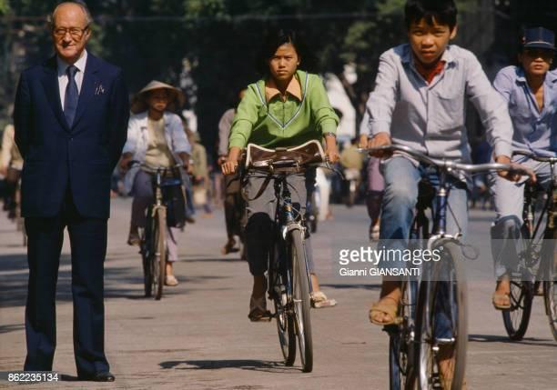 L'historien français Alain Decaux dans une rue de Hanoï en décembre 1988 ViêtNam