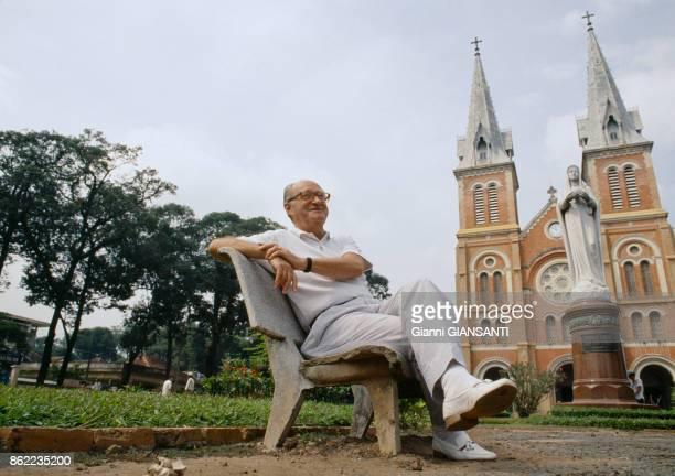 L'historien français Alain Decaux devant la Cathédrale de Saïgon en décembre 1988 ViêtNam