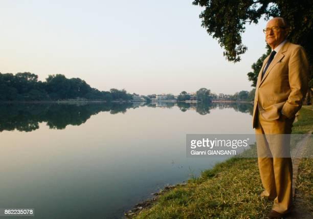 L'historien français Alain Decaux devant le lac Hoan Kiem près de Hanoï en décembre 1988 ViêtNam