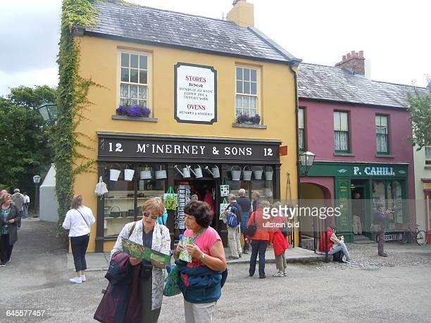 Historischer Laden und Besucher aufgenommen im Folklore Freilichtmuseum bei Bunratty Castle am 21 Juli 2015