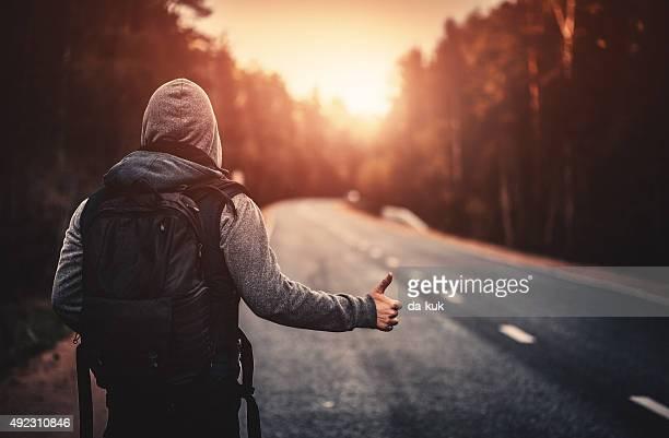 Autostop viajeros Intentar detener el coche en la carretera