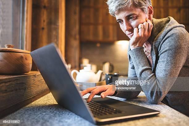 hitech senior Frau Surfen auf der Küche