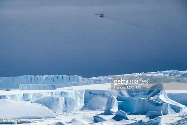 Hélicoptère survolant la banquise en Janvier 1993 en Antarctique