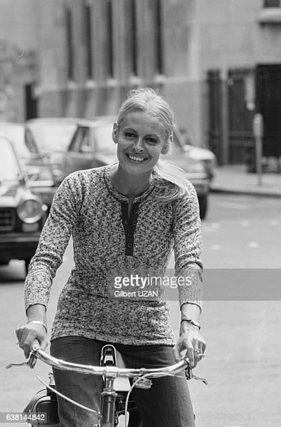 Hélène Vida 1ère femme à présenter le journal de 20 H en vélo à Paris France le 9 juin 1976