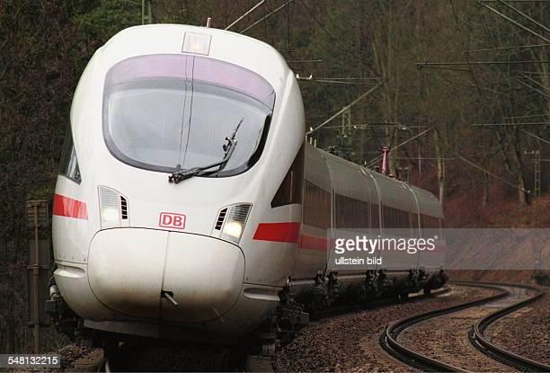 Hochgeschwindigkeitszug mit Neigetechnik vom Typ ICET der Deutschen Bahn AG auf freier Strecke