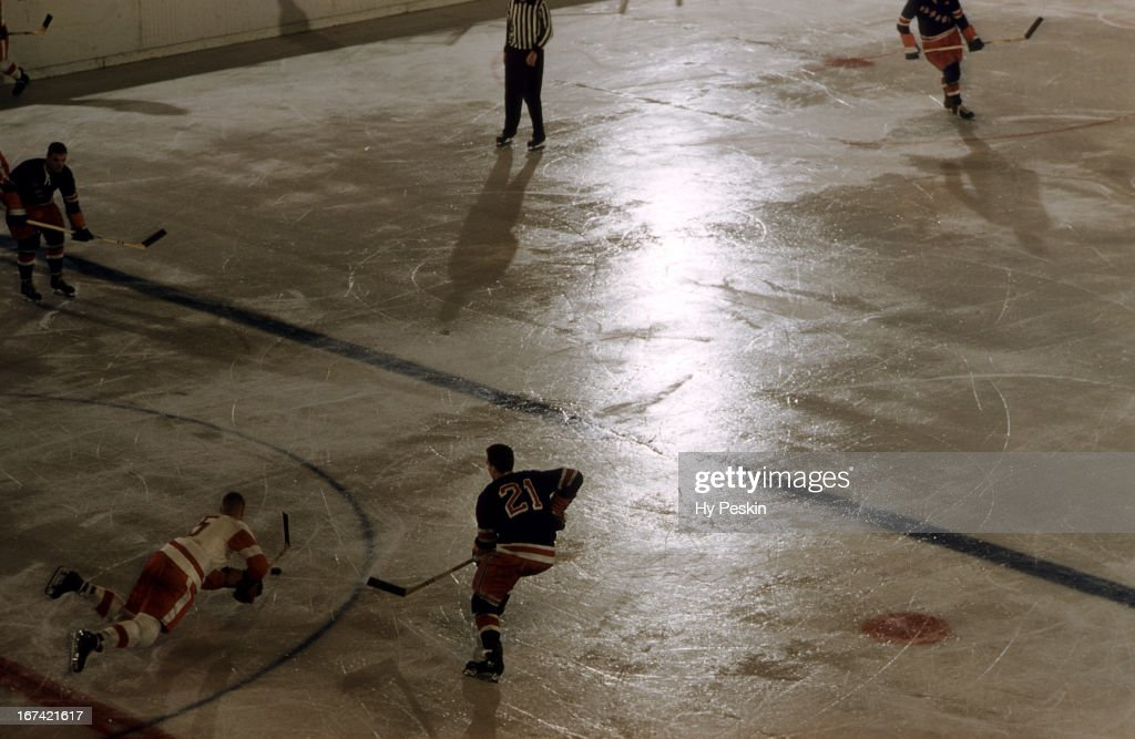 Aerial view of New York Rangers Camille Henry (21) vs Detroit Red Wings Warren Godfrey (5) at Madison Square Garden. Hy Peskin X4855 )