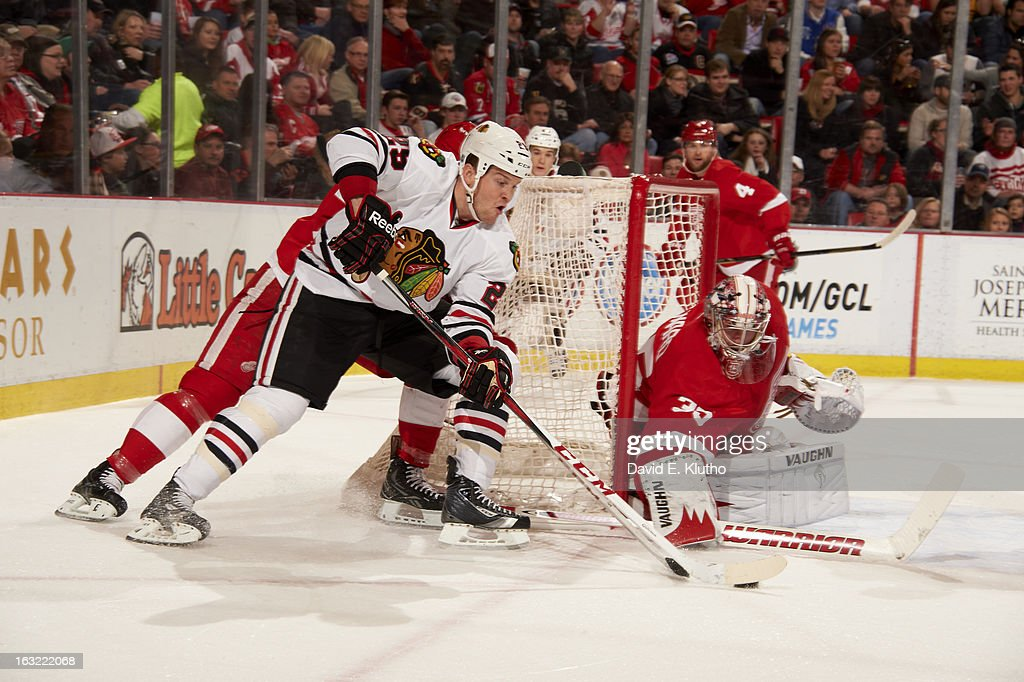 Chicago Blackhawks Bryan Bickell (29) in action vs Detroit Red Wings goalie Jimmy Howard (35) at Joe Louis Arena. David E. Klutho F93 )