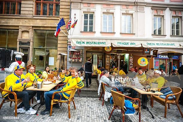 "Hockey-Fans trinkt Bier im Svejk "", Prag"