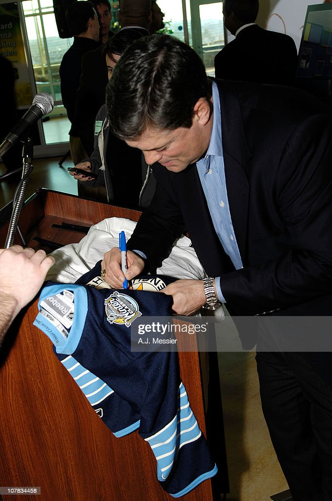 Hockey Hall of Famer <a gi-track='captionPersonalityLinkClicked' href=/galleries/search?phrase=Pat+LaFontaine&family=editorial&specificpeople=213982 ng-click='$event.stopPropagation()'>Pat LaFontaine</a> attends the 2011 NHL Winter Classic Childrens Hospital Visit at the University of Pittsburgh Medical Center on December 31, 2010 in Pittsburgh, Pennsylvania.
