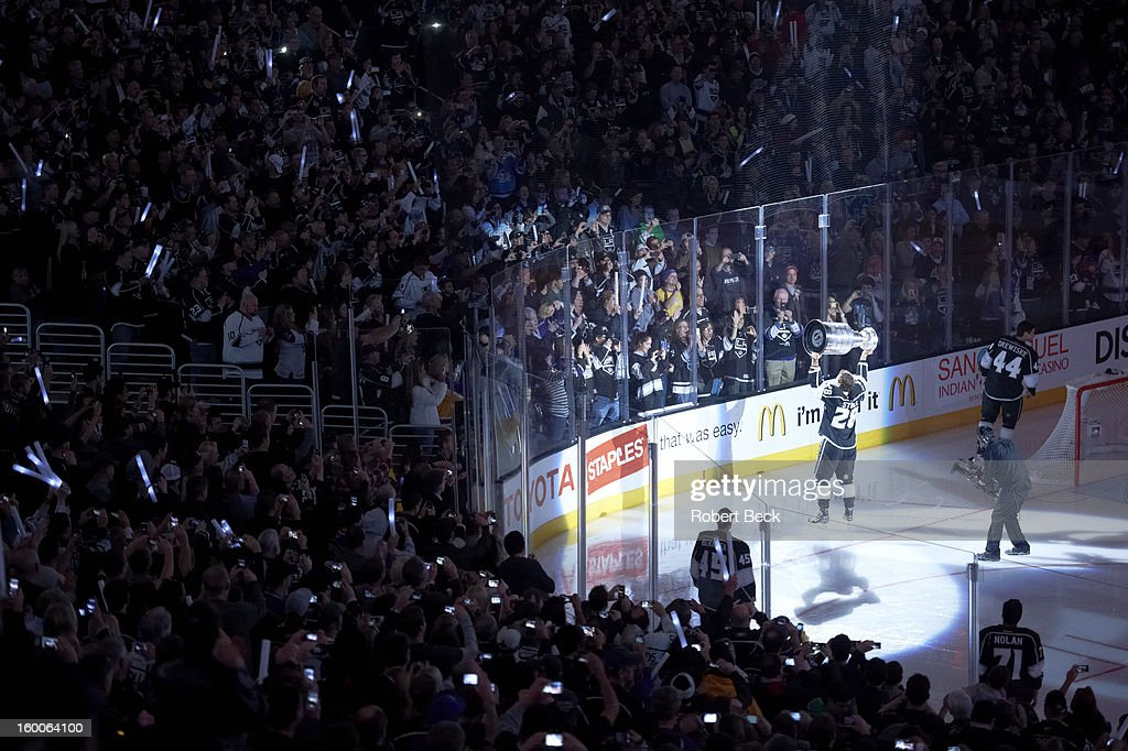 Los Angeles Kings Jarret Stoll (28) victorious with Stanley Cup before game vs Chicago Blackhawks at Staples Center. Robert Beck F20 )