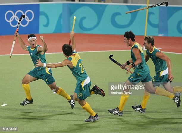 Hockey / Maenner Olympische Spiele Athen 2004 Athen Finale Niederlande / Silber Australien / Gold 12 nV Der Australier Jamie DWYER schiesst in der...