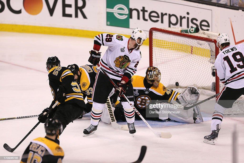 Boston Bruins goalie Tuukka Rask (40) in action vs Chicago Blackhawks Jonathan Toews (19) at TD Garden. Game 4. Damian Strohmeyer F8 )