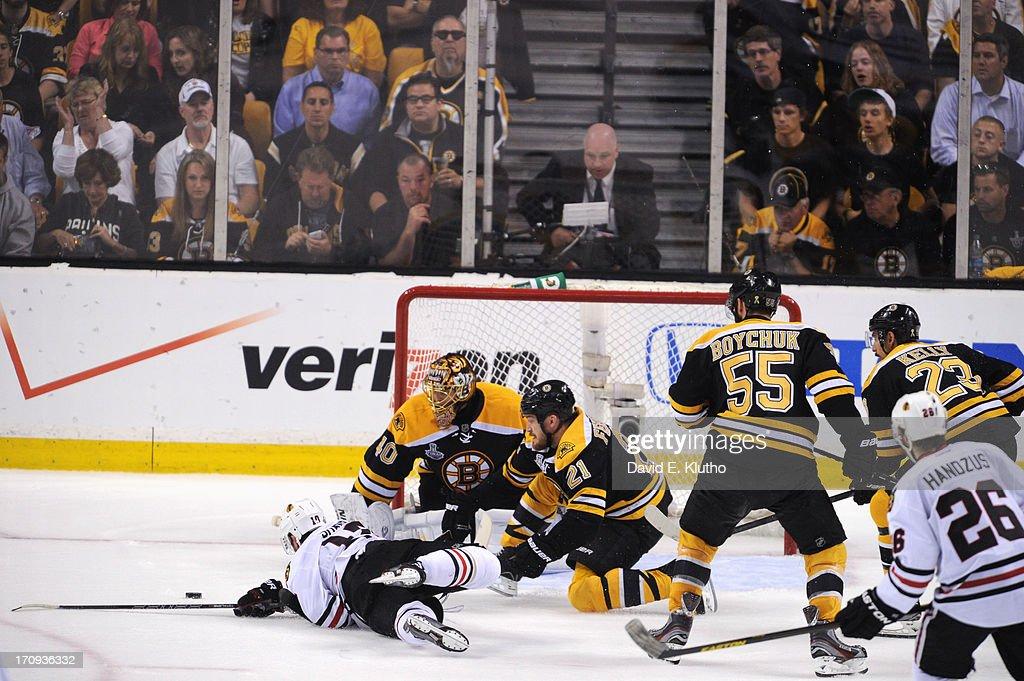 Boston Bruins goalie Tuukka Rask (40) in action vs Chicago Blackhawks Patrick Sharp (10) at TD Garden. Game 4. David E. Klutho F296 )
