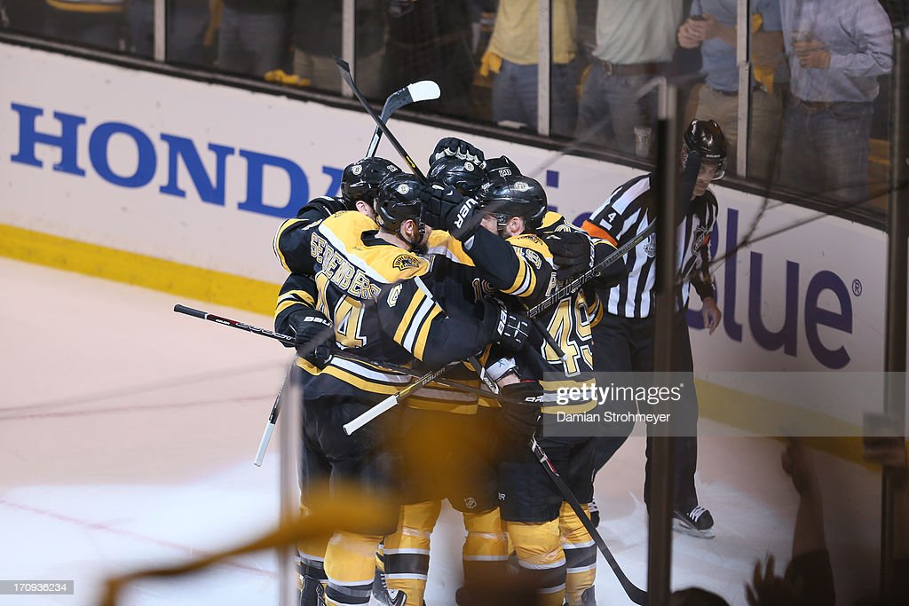 Boston Bruins players victorious after Rich Peverley (49) goal vs Chicago Blackhawks at TD Garden. Game 4. Damian Strohmeyer F45 )