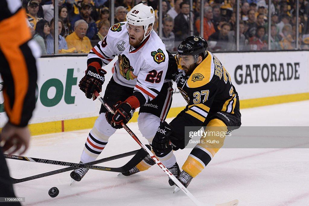 Chicago Blackhawks Bryan Bickell (29) in action vs Boston Bruins Patrice Bergeron (37) at TD Garden. Game 4. David E. Klutho F97 )
