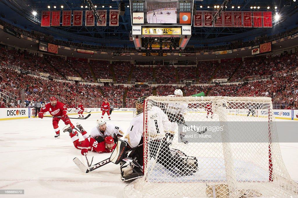 Anaheim Ducks goalie Jonas Hiller (1) and Ben Lovejoy (6) in action vs Detroit Red Wings Henrik Zetterberg (40) at Joe Louis Arena. Game 6. David E. Klutho F77 )