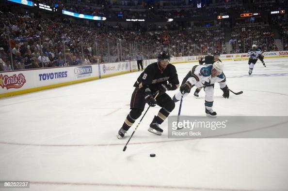 NHL Playoffs Anaheim Ducks Teemu Selanne in action vs San Jose Sharks Game 3 Anaheim CA 4/21/2009 CREDIT Robert Beck