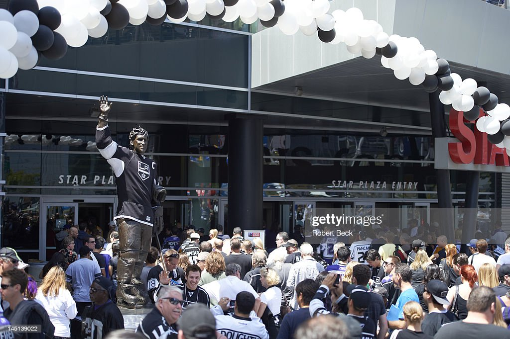 Los Angeles Kings fans with former Los Angeles Wayne Gretzky statue outside Staples Center before game vs Phoenix Coyotes. Game 4. Robert Beck F3 )
