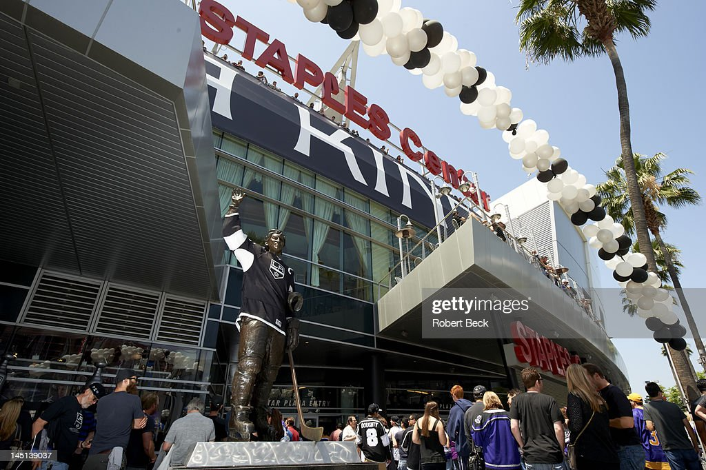 Los Angeles Kings fans with former Los Angeles Wayne Gretzky statue outside Staples Center before game vs Phoenix Coyotes. Game 4. Robert Beck F15 )
