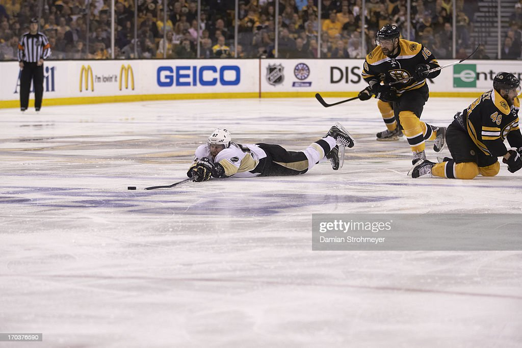 Pittsburgh Penguins Sidney Crosby (87) in action vs Boston Bruins at TD Garden. Game 4. Crosby down on ice. Damian Strohmeyer F87 )