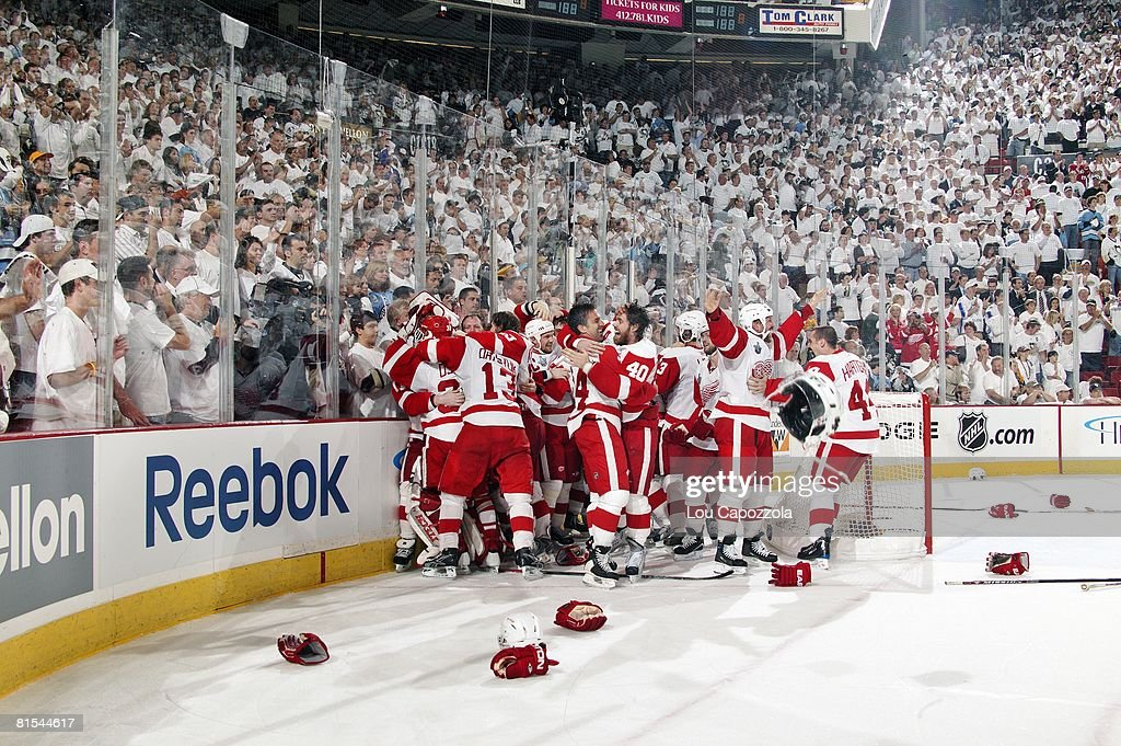 The Detroit News Hockey-nhl-stanley-cup-finals-detroit-red-wings-victorious-in-huddle-picture-id81544617