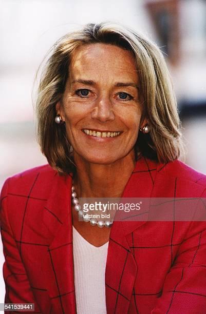 Hoehler Gertrud *Publizistin Unternehmensberaterin D Portrait traegt einen roten Blazer und eine Perlenkette laechelt