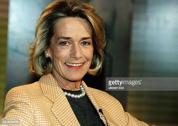 Hoehler Gertrud *Publizistin Unternehmensberaterin D Portrait traegt einen karierten Blazer und eine Perlenkette laechelt November 1999