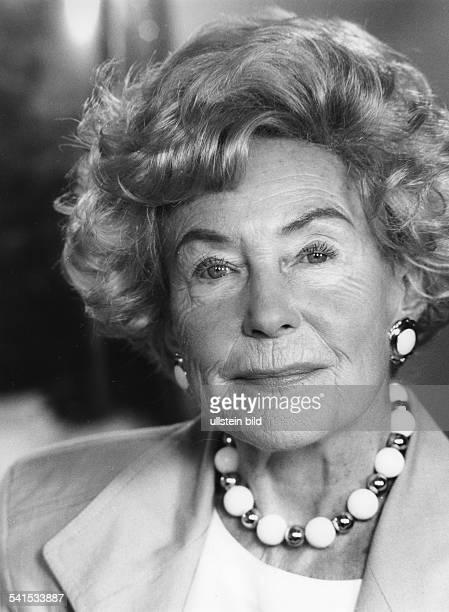 Hoehn Carola *Schauspielerin D Portrait mit Perlenkette 1994