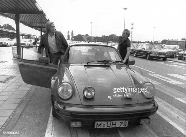 Hoeness Uli Football Midfielder FC Bayern Munich Germany left and Manager Guenter Netzer with a Porsche 911 Turbo