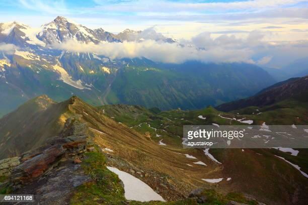 Hohe Tauern schneebedeckten österreichischen Gebirge - Tirol Alpen dramatische Wolkengebilde Himmel und Landschaft und Großglockner-massiv