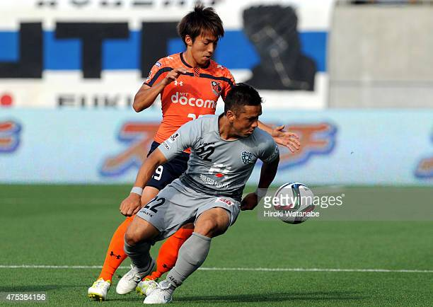 Hokuto Nakamura of Avispa Fukuoka and Jin Izumisawa of Omiya Ardija compete for the ball during the JLeague second division match between Omiya...