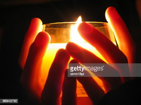 Segurando uma vela no escuro