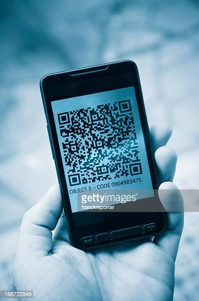 En tenant un smartphone photographie code qr