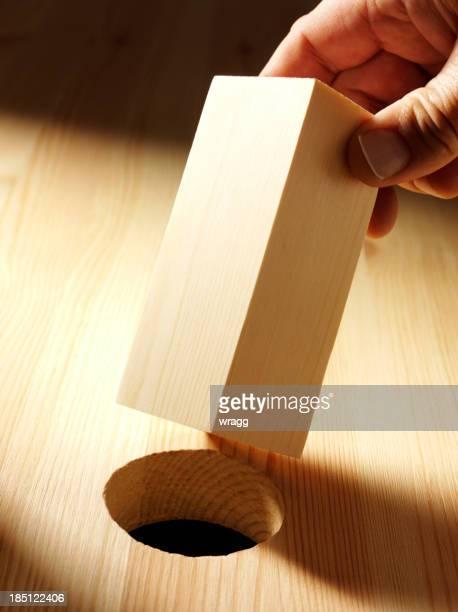 Sosteniendo un bloque de madera