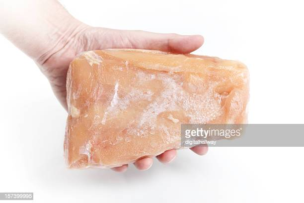 Holding gefrorene Hähnchenbrust