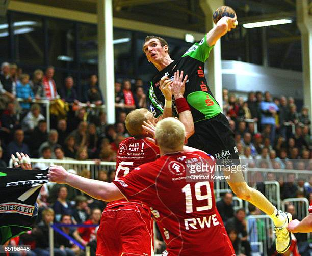 Holger Glandorf of Lemgo scores a goal against Martin Wozniak and Patrick Wiencek during the Handball Bundesliga match between TUSEM Essen and TBV...