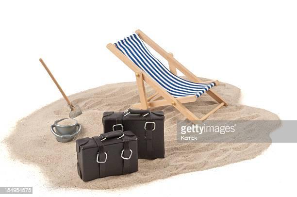 Urlaub-Konzept-Liegestuhl, sand, Taschen und Getränke
