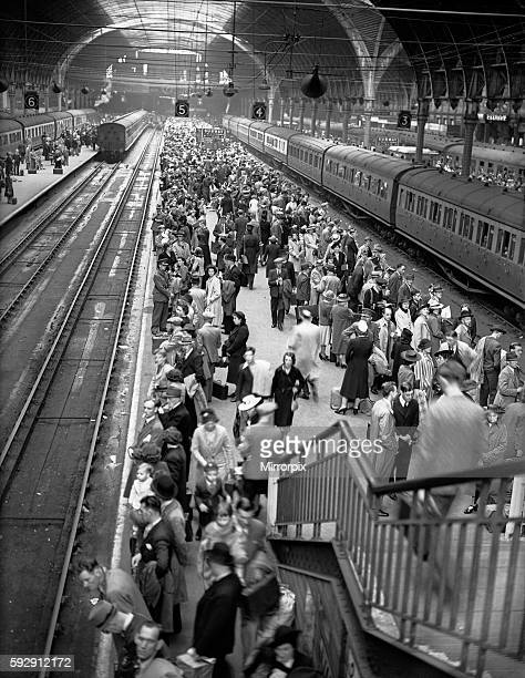 Holiday crowds seen here at Paddington station in central London circa August 1945
