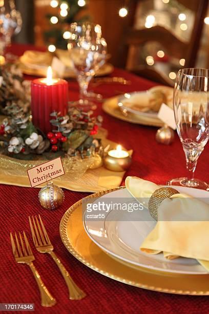 祝日:エレガントなクリスマステーブルセッティングにクリスタル、赤と金