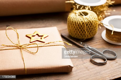 ホリデーギフトに囲まれた環境に優しい紙にゴールドのリボン