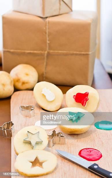 Timbres de pommes de terre avec des cadeaux pour les fêtes de fin d'année