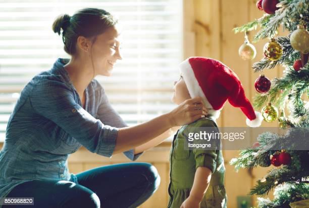 Fiestas: Familia decorar el árbol de Navidad