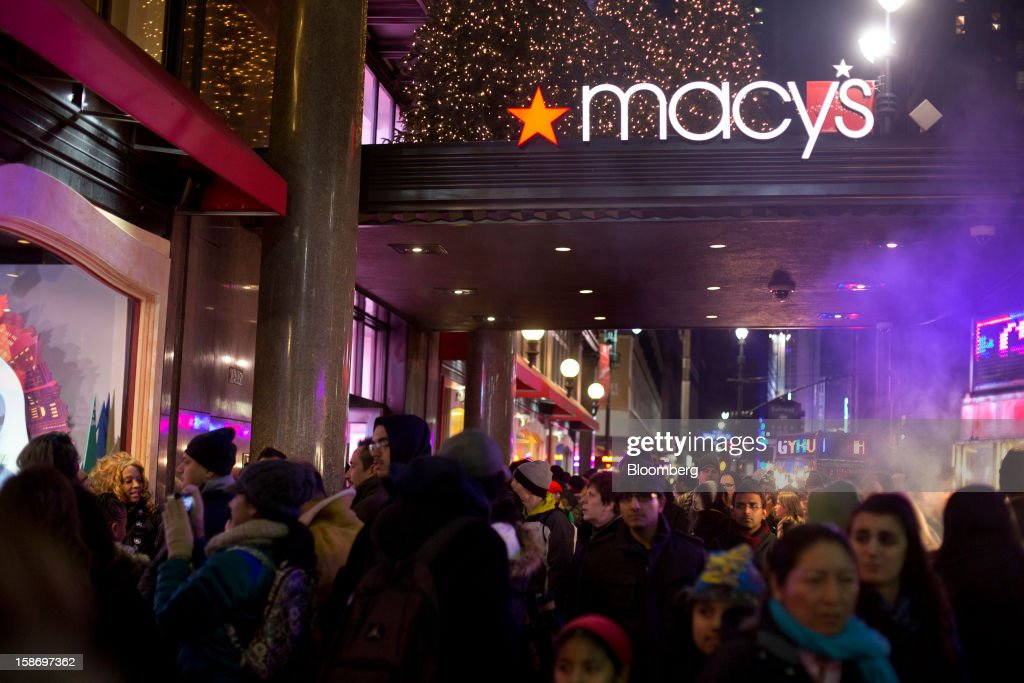 Holiday shoppers crowd the sidewalk outside Macy's Inc. department store in New York, U.S., on Sunday, Dec. 23, 2012. Holiday shoppers descended on U.S. stores this weekend in a last-minute dash to buy gifts amid concerns about the nation's economy and the impasse in Washington over taxes and spending. Photographer: Victor J. Blue/Bloomberg via Getty Images
