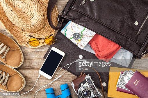 Urlaub Koffer auf einem Holztisch : Stock-Foto