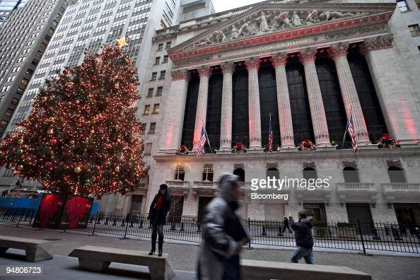 A holiday tree stands outside the New York Stock Exchange in New York US on Friday Dec 18 2009 US stocks rose trimming a weekly loss for the Standard...