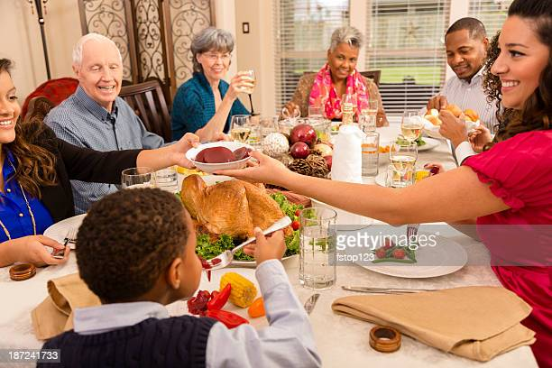 Días festivos: Familia y amigos disfrutar de una cena en casa de la mujer senior.