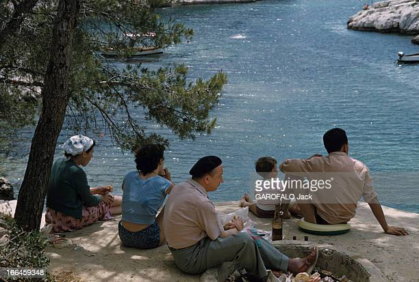 Holidays In A Camping On The French Rivieira Côte d'Azur 1958 Vacances en camping en Méditerranée Une famille du' coin' en vêtements courants...
