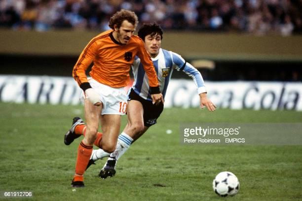 Holland's Rene van de Kerkhof takes on Argentina's Daniel Passarella